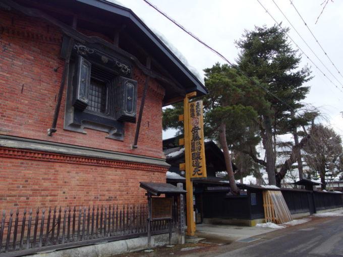 冬の角館重厚なレンガ造りの蔵が目立つ安藤醸造本店