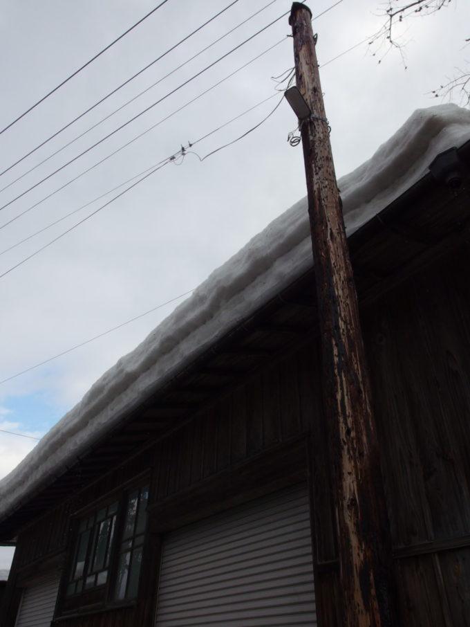 冬の角館街角に残る木の電信柱