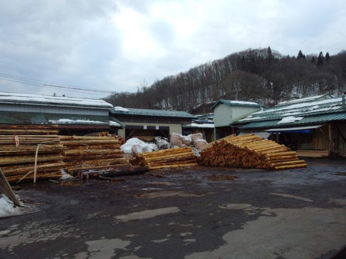冬の角館町中にある材木屋さん