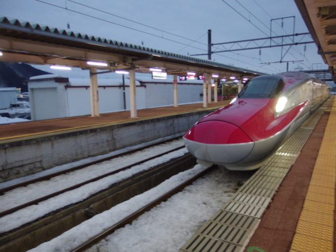 冬の角館夕暮れに明かりを灯す秋田新幹線E6系こまち号