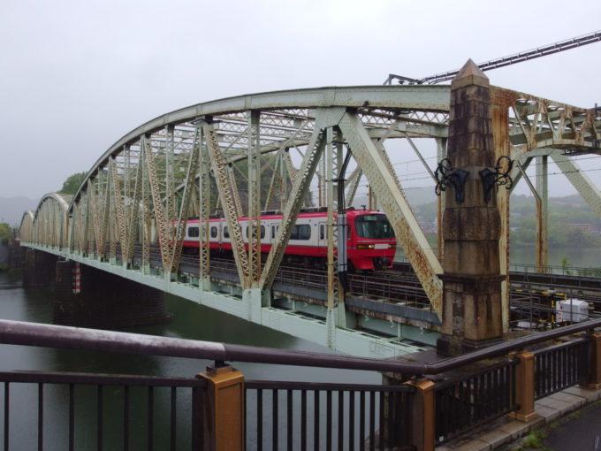 犬山橋を通過する名鉄電車