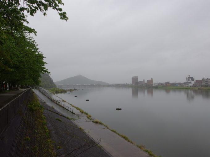 GW雨の犬山霧に煙る木曽川