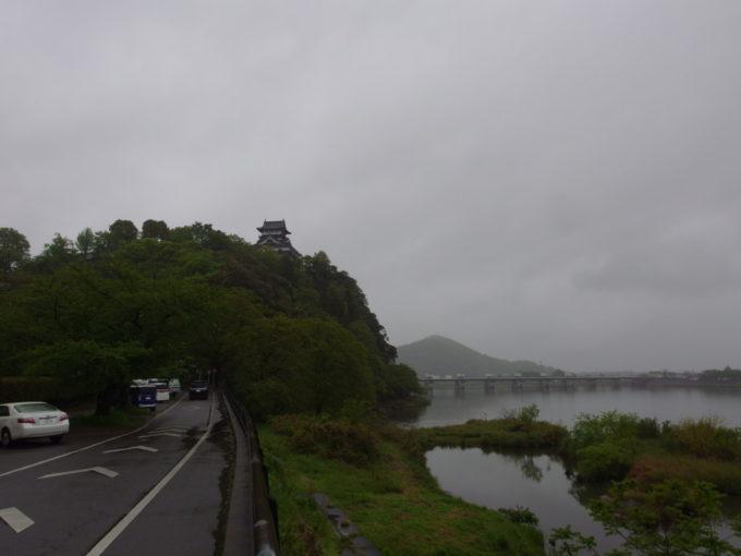 雨に煙る木曽川沿いに聳える国宝犬山城