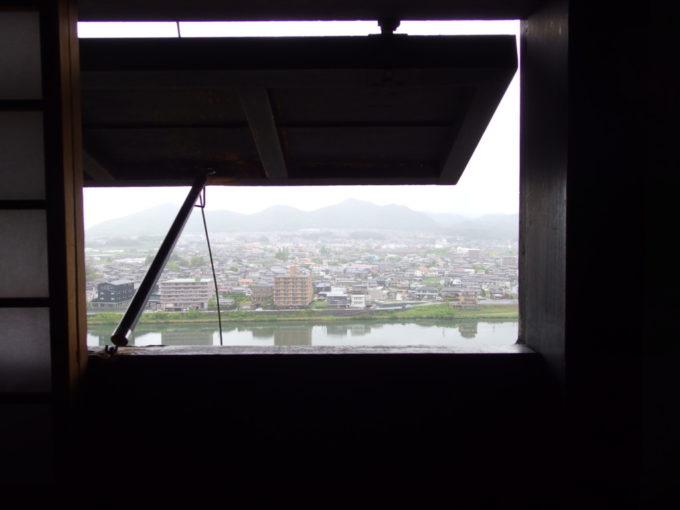 国宝犬山城武者走りの窓から望む美濃の国