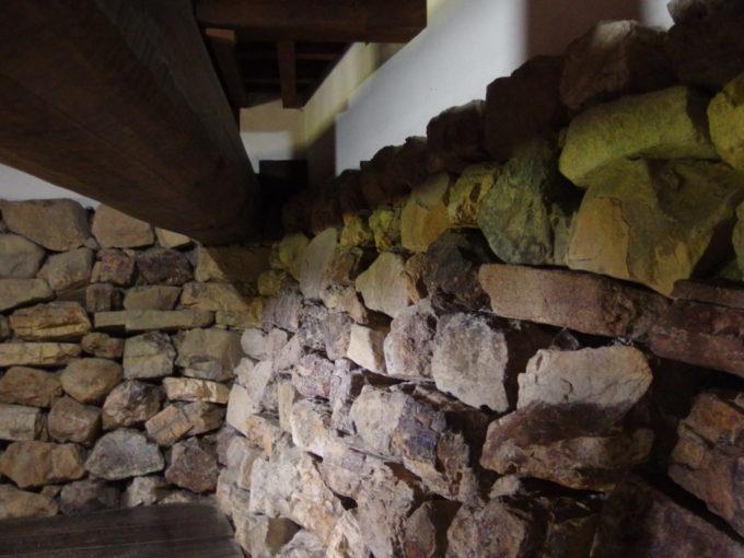 国宝犬山城を支える野面積みの荒々しい石垣