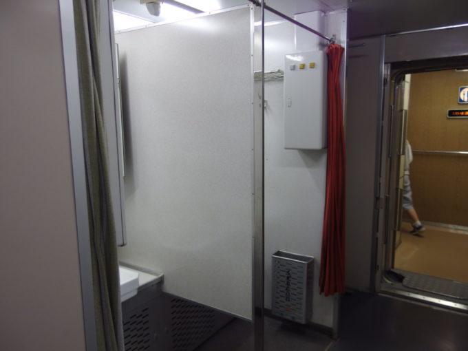リニア・鉄道館東海道新幹線初代0系デッキの味気ない洗面所