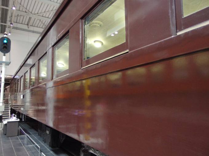 リニア・鉄道館チョコレート色の旧客と信号機