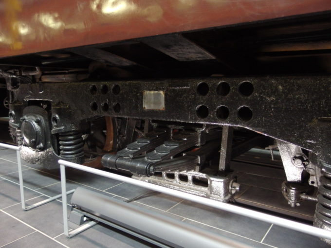 リニア・鉄道館スハ43の乗り心地を支える板バネ