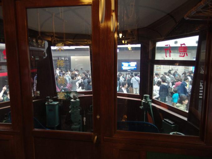 リニア・鉄道館52系電車車内から眺める流線形の運転台