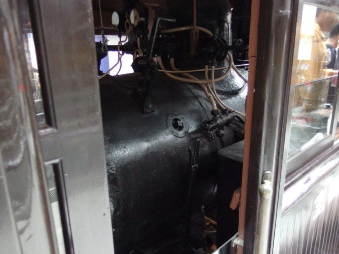 リニア・鉄道館ホジ6014前方に組み込まれた小型のボイラー