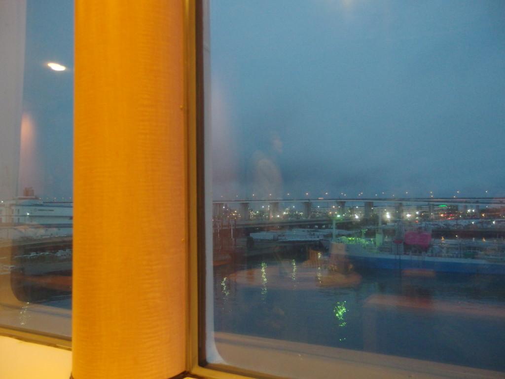 太平洋フェリーきそプロムナードで晩酌をしつつ待つ出港の瞬間