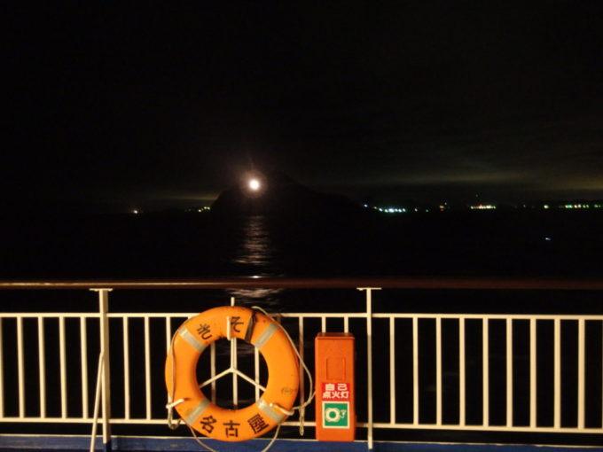 太平洋フェリーきそデッキから望む伊良湖水道神島灯台