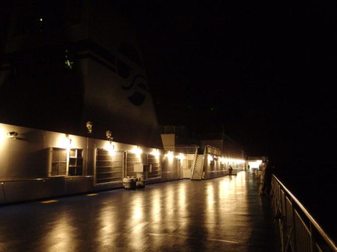 太平洋フェリーきそ夜のデッキを照らす白熱灯