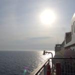 朝日に輝く新日本海フェリーらいらっくのデッキ