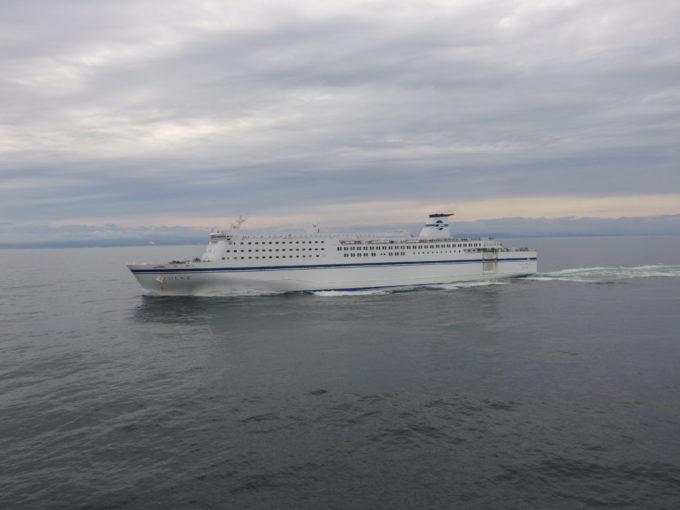 太平洋フェリーきそデッキで眺める姉妹船いしかりとの離合