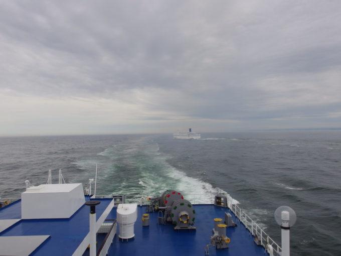 太平洋フェリーきそデッキで見送る僚船いしかり