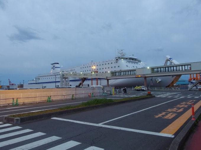 太平洋フェリーきそ仙台港一時上陸を終えて船へと戻る
