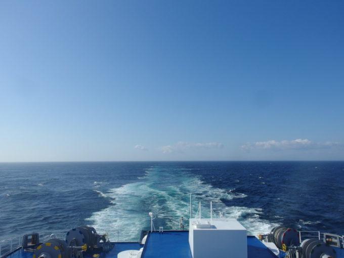 太平洋フェリーきそ晴天に彩られ青く染まる航跡