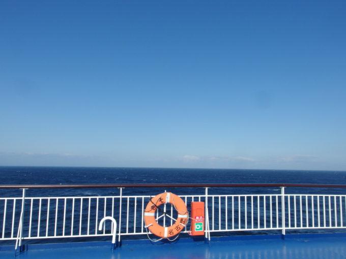 太平洋フェリーきそデッキから一望する快晴の空と太平洋の青
