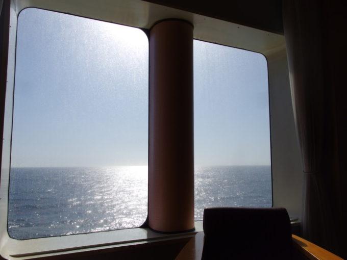 太平洋フェリーきそ朝食を食べつつ黄金色に染まる太平洋を眺める