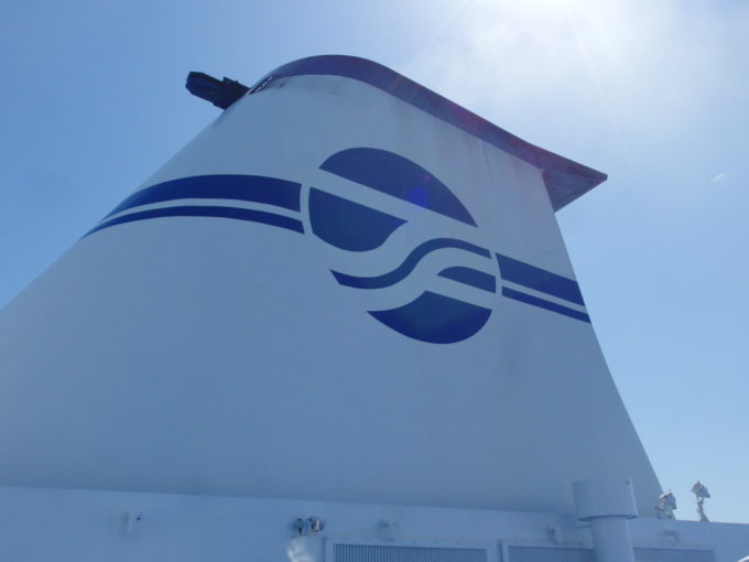 太平洋フェリーデッキに聳える威厳あるファンネル