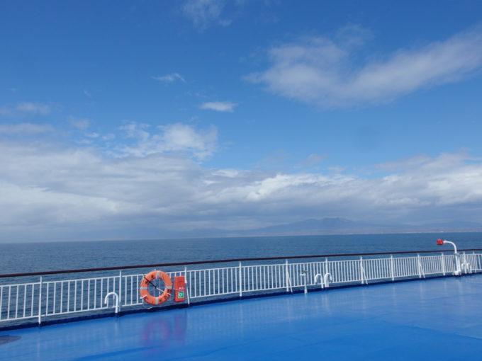 太平洋フェリーきそデッキから眺める樽前山と北海道の大地