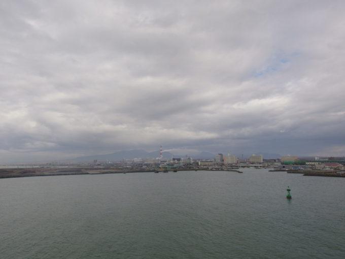 太平洋フェリーきそは速度を落として苫小牧港へと入港