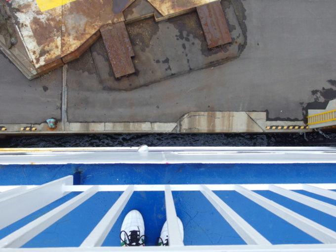 太平洋フェリーきそ巨大な船体を器用に操り苫小牧港に接岸
