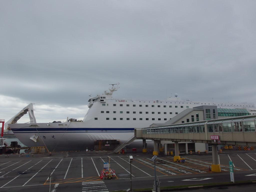上陸後苫小牧港フェリーターミナルより振り返る太平洋フェリーきそ