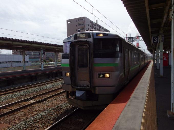 苫小牧停車中の千歳線733系電車小樽行き