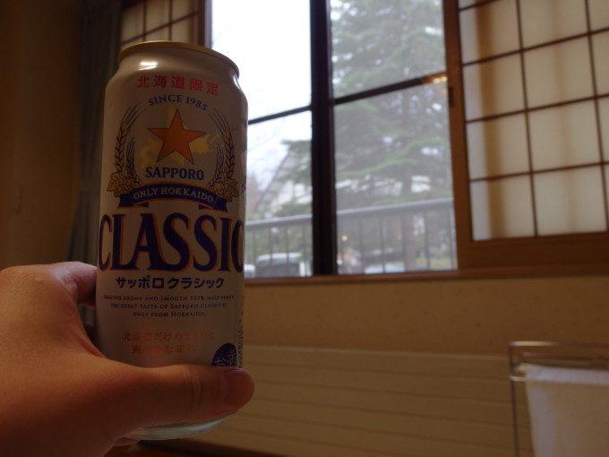 支笏湖畔に佇む一軒宿丸駒温泉旅館湯上りに冷たいサッポロクラシックを