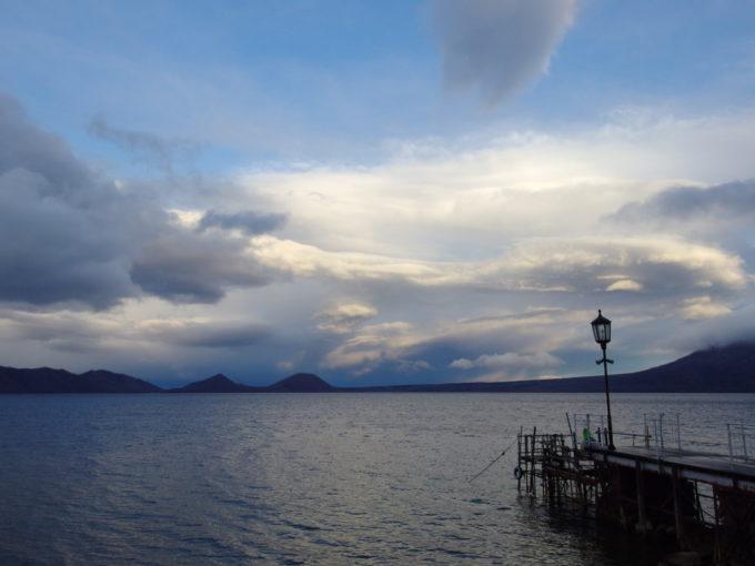 支笏湖畔に佇む一軒宿丸駒温泉旅館船着き場から眺める支笏湖と風不死岳