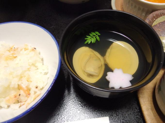 支笏湖畔に佇む一軒宿丸駒温泉旅館1泊目夕食食卓で炊き上げる桜海老の釜めしと蛤の潮汁