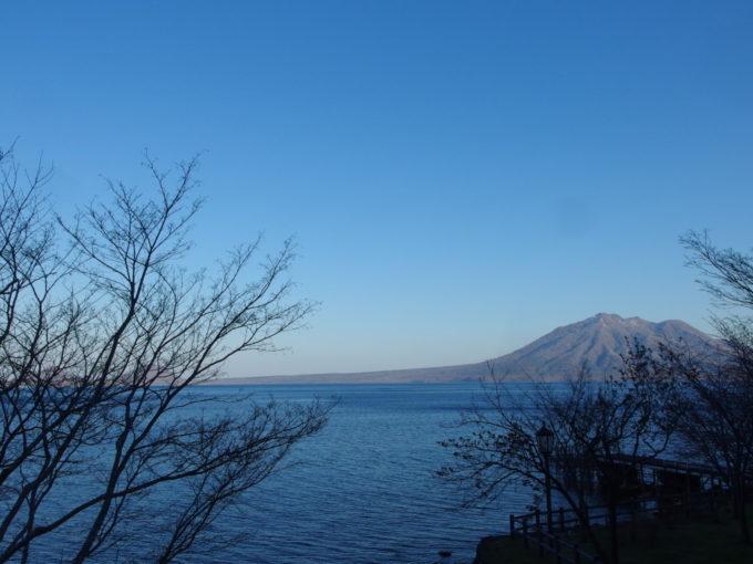 丸駒温泉旅館から望む支笏湖快晴の夕景