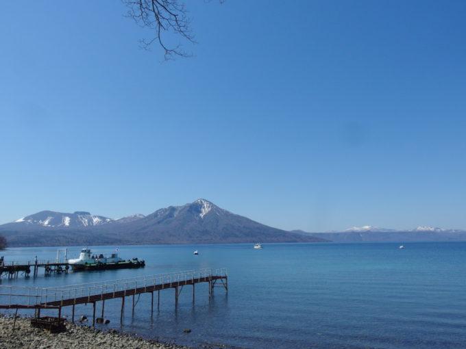 湖畔より望むゴールデンウイークの青い支笏湖と風不死岳樽前山
