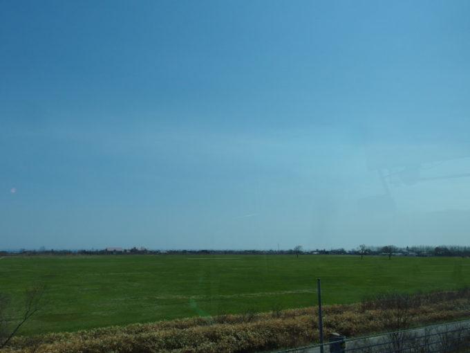 道南バス高速エアポート号車窓に広がる道央道沿いの広大な緑