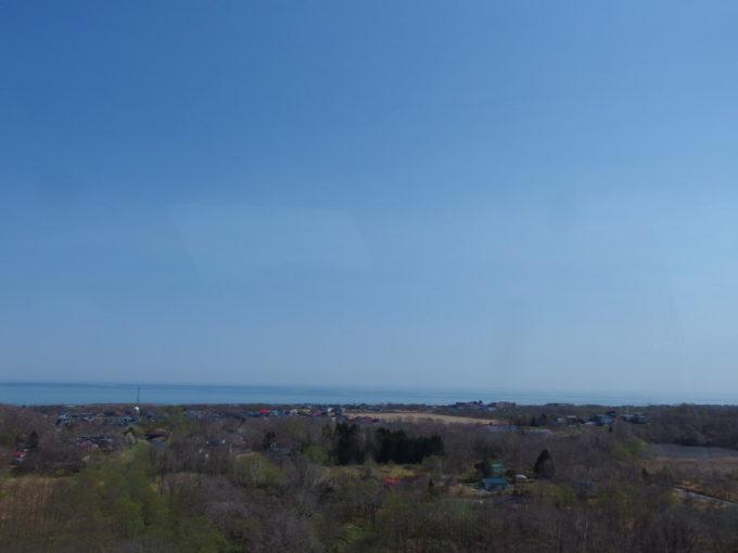 道南バス高速エアポート号車窓から望む春の青い噴火湾