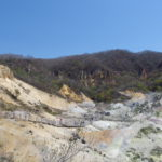 登別地獄谷荒涼とした大地の中を進む木製の遊歩道