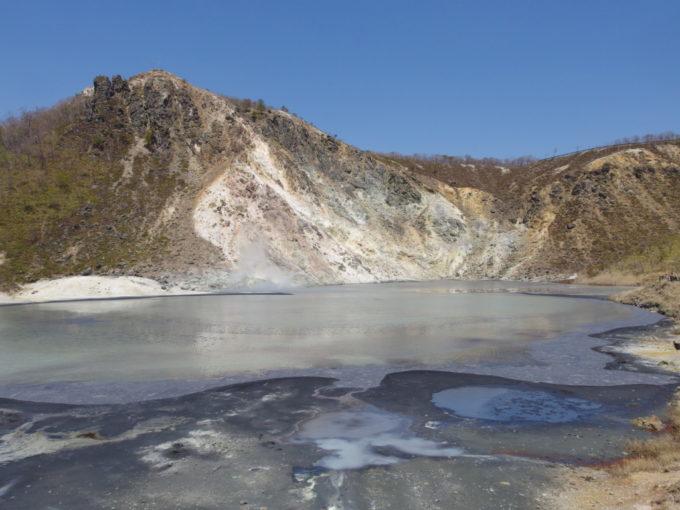 灰色の泥と湯の溜まる登別大湯沼
