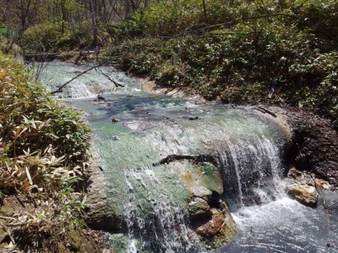 温泉の流れる大湯沼川