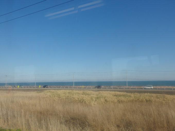 室蘭本線キハ143車窓から眺める青い太平洋
