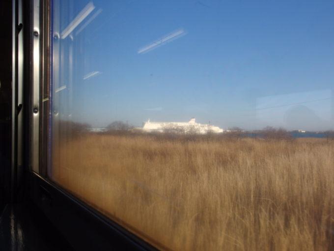 日高本線キハ40車窓に現れる新日本海フェリーらいらっくの巨大な白亜の船体
