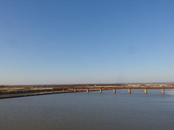 厚真川に架かる橋から望む北の山並み