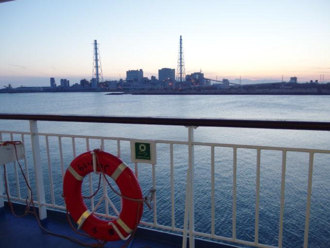 新日本海フェリーらいらっくデッキから眺める夕刻の苫東厚真発電所