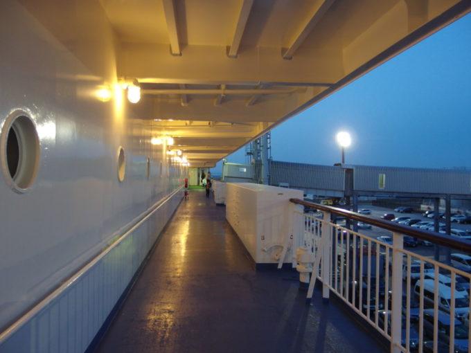 夕暮れの苫小牧東港フェリーターミナルに停泊中の新日本海フェリーらいらっくのデッキ