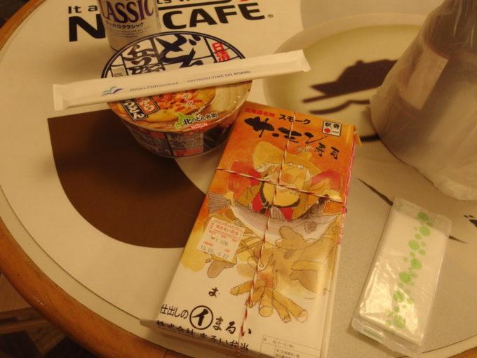 新日本海フェリーらいらっくカフェで苫小牧駅弁スモークサーモン寿司の夕食を