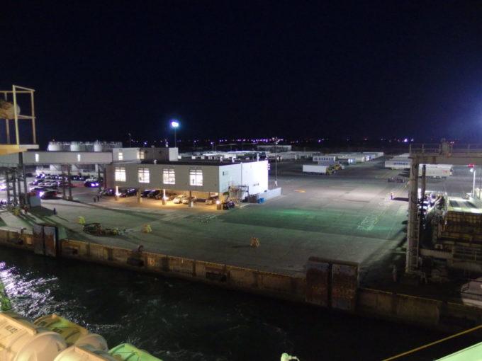 新日本海フェリーらいらっくエンジンの唸りとともに苫小牧東港を出港