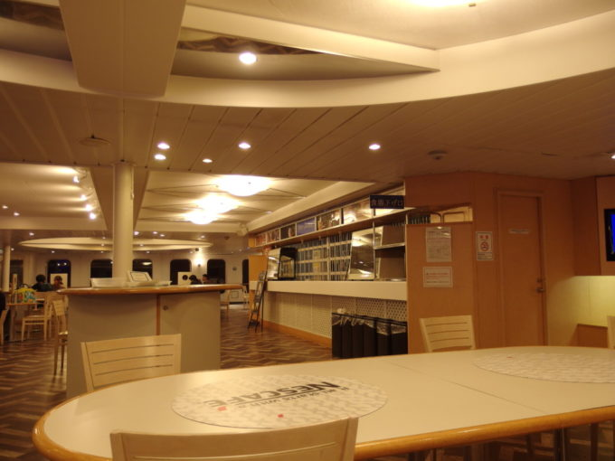 夜も更け人もまばらになった新日本海フェリーらいらっくカフェ