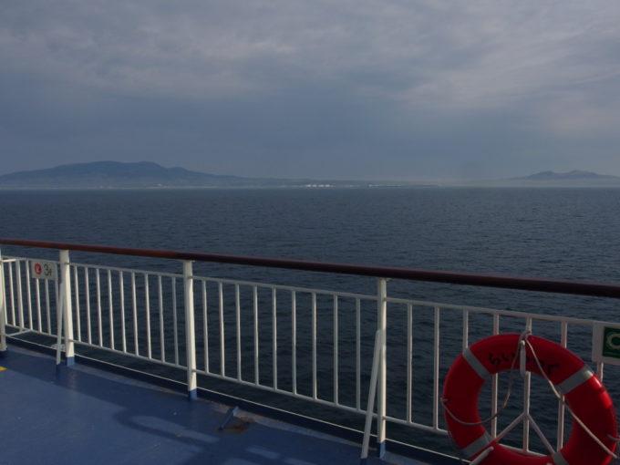 新日本海フェリーらいらっくまもなく寄港地である秋田港へ入港