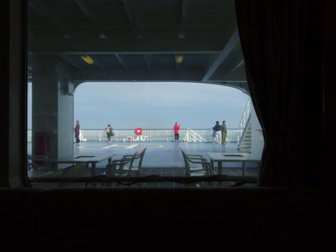 新日本海フェリーらいらっくレストランタヒチから眺めるテラスと日本海